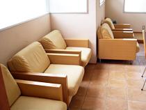 ゆったりとした待合室の椅子